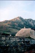 замок Монсегюр из деревеньки, вечер