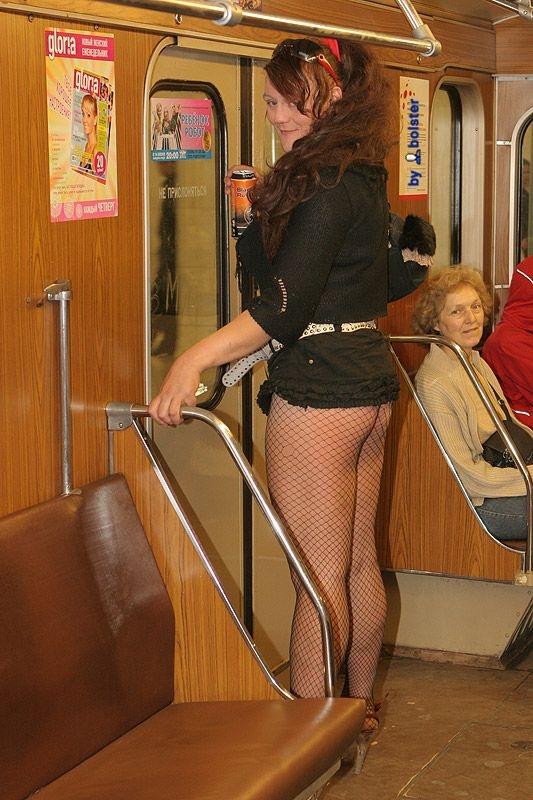 Видео подглядывание девушкам под юбки в московском метро 7