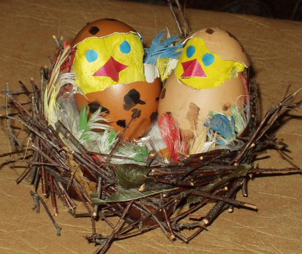 Самая элементарная фальшивка из яиц - это радостная мина.  На приготовленном белоснежном яичке необходимо...