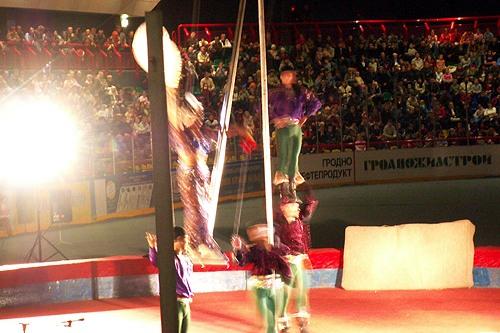 гимнасты ходють по головам