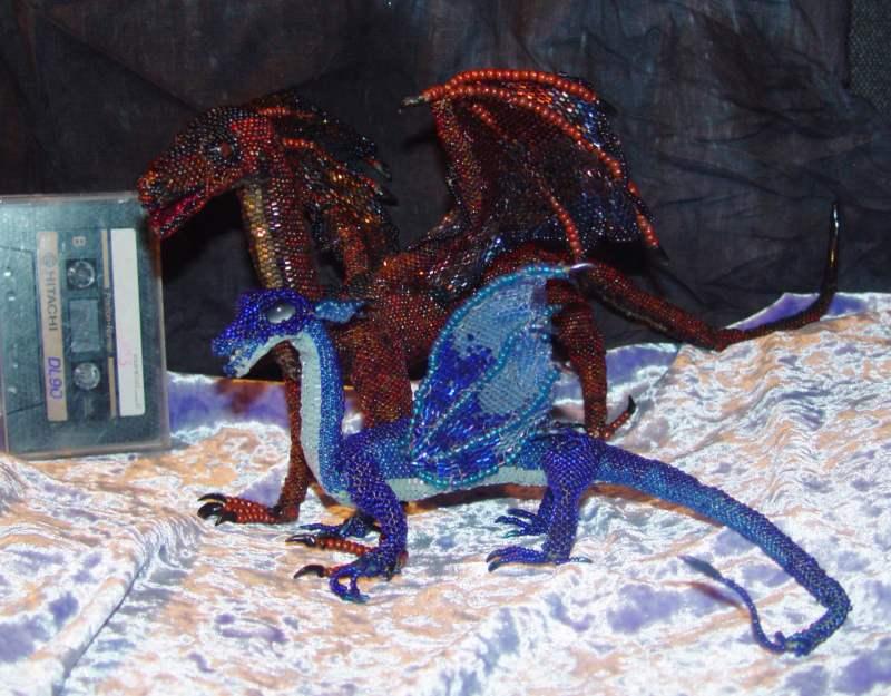 lj-cut.  Бисерные драконы.  Бронзовый и Синяя.  Размер можно представить по аудиокассете на заднем плане.