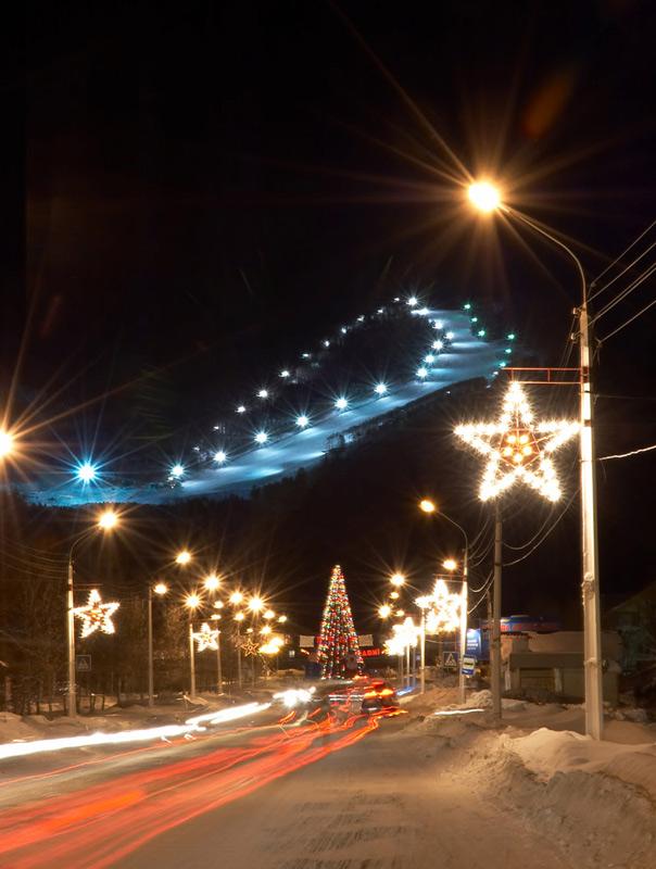 Южно-Сахалинск зимой. . Голубые фонарики - это Горный Воздух,