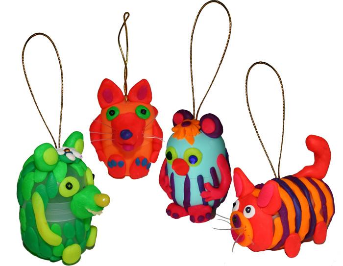Игрушки на елку могут быть самыми разнообразными, от сделанных собственными руками, до покупных, кому.