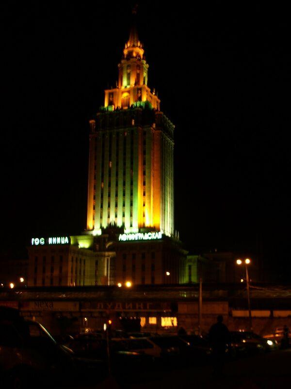 Гостиница Ленинградская ночью