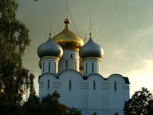Новодевичий монастырь в лучах заката