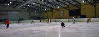 На хоккейной арене в Вентспилсе проходит детская тренировка.