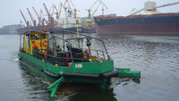 В Вентспилсе причудливые кораблики собирают мусор в реке