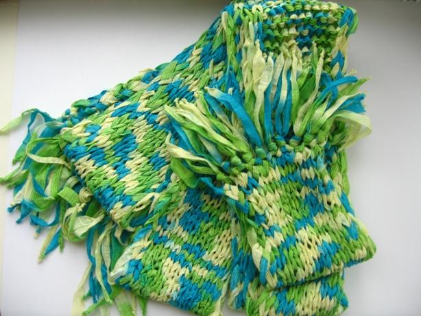 Вяжем шарфики из ленточной пряжи за пару часов.