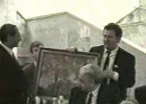 Жирик дарит картину своему другу Джохару Дудаеву