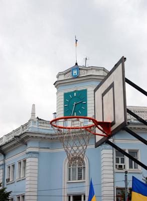 Баскетбольные кольца на площади Королева