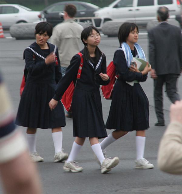 японцы лезут под юбки