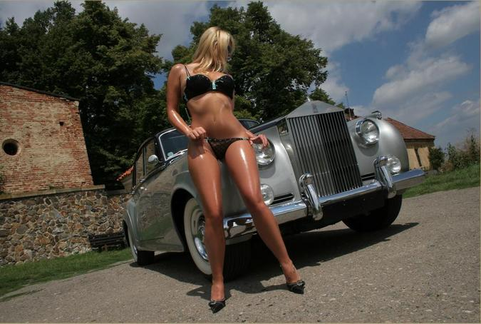 devushki-i-avtomobil-golie-foto
