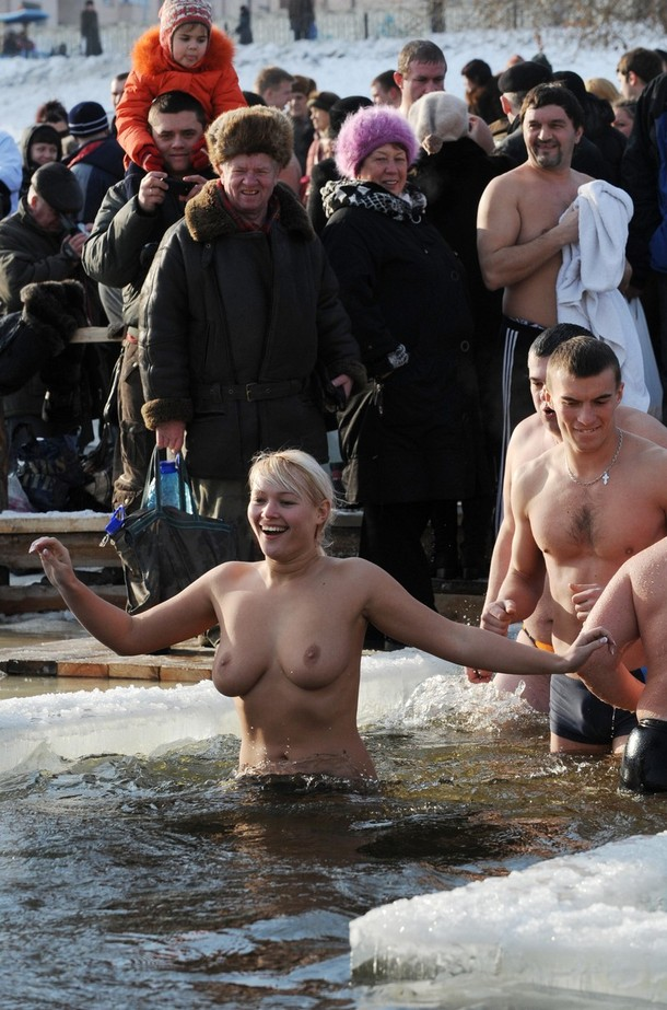 Мокрые голые девушки водное крещение видео