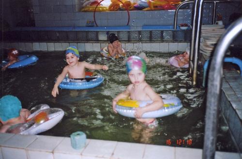 yonka_: Анютка в бассейне с ребятишками