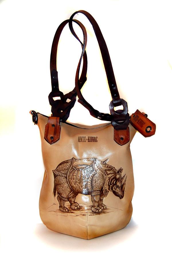 Где купить кожаную сумку, расписанную вручную.  Только чтобы не стирался...