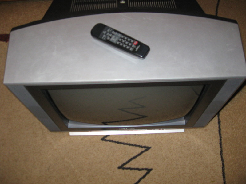 Пульт д/у в комплекте.  Хочу за него 1500 р. Продам телевизор Hitachi C21-RM39S.