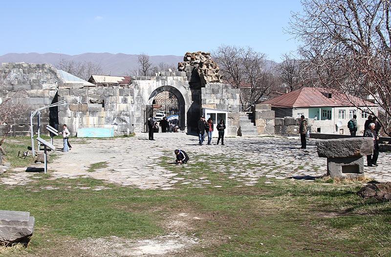 Вірменія. Храм Мітри в Гарні, вхід
