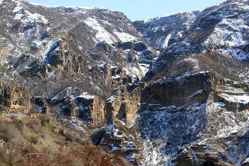 Вірменія. Гарні, скелі по дорозі в Гегард