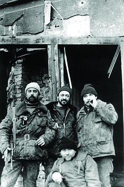 Подполковник Чернов с сослуживцами. Сверху видна тельняшка