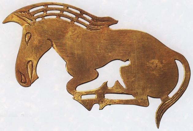С. 3. Бляха в виде лошади — украшение женского головного убора. Длина 8 см.