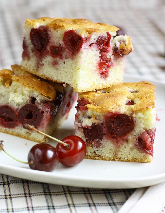 Бисквиты с творогом и вишней