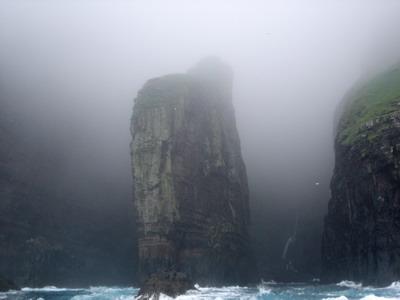 Вертикальные утесы-Vestmannabjørgini, на севере о.Стреймой