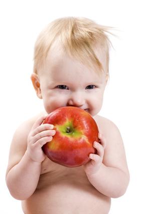 Ребёнок с яблоком фото