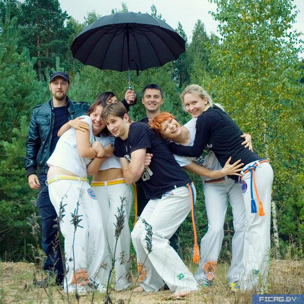 осень. девочки в мокрых маечках и мальчики под зонтом). http://ficag.by...