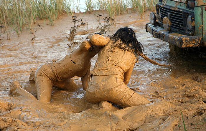 Как вытащить трактор из глубокой грязи смотреть онлайн.