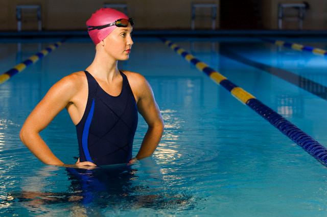 плавающие девушки в бассейне фото