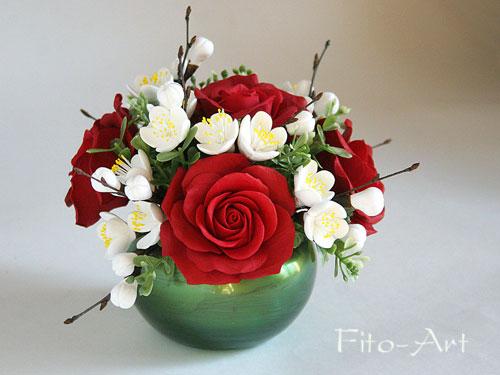 букетик с красными розами и цветами яблони из полимерной глины