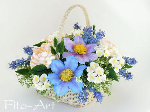 букет из искусственных цветов: голубые клематисы, белые пионы, жасмин, букет в корзинке