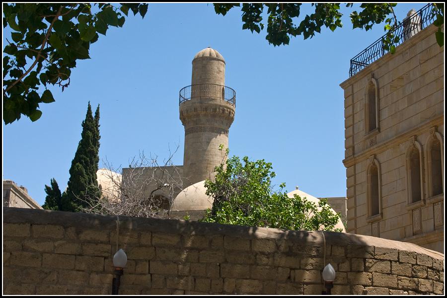 Минарет Дворцовой мечети в Баку