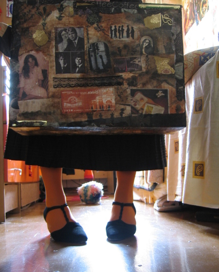 ее ретро-чемодан набит связками писем и архивами собственных сочинений...