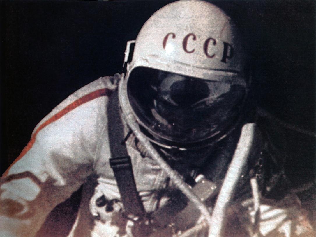 Выходу человека в открытый космос