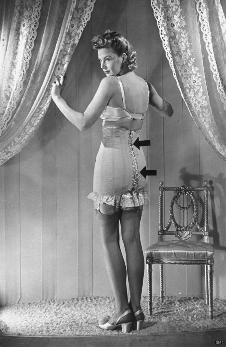 Женщина в лифчике и поясе ретро фото 618-632