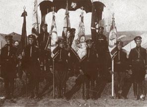 Корниловцы со своими полковыми знамёнами, 1921 г.