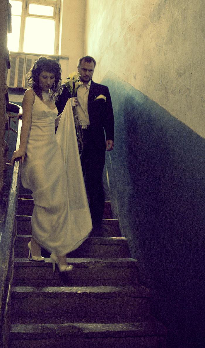 Жених и невеста спускаются по обшарпанной лестнице )