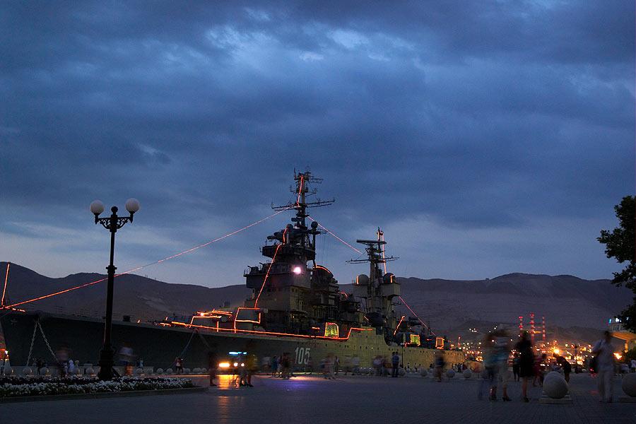 Новоросийск. крейсер ночью