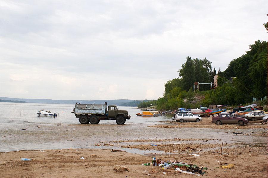 Самара, грузовик и кучи мусора на берегу реки