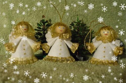Поскольку на ангелочках из бисера только пуговички на платьях, помещаю их в блог.  Такие я уже пару лет делаю друзьям.