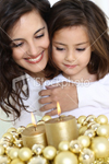 ist2_9598171-mother-and-daughter-with-christmas-lights