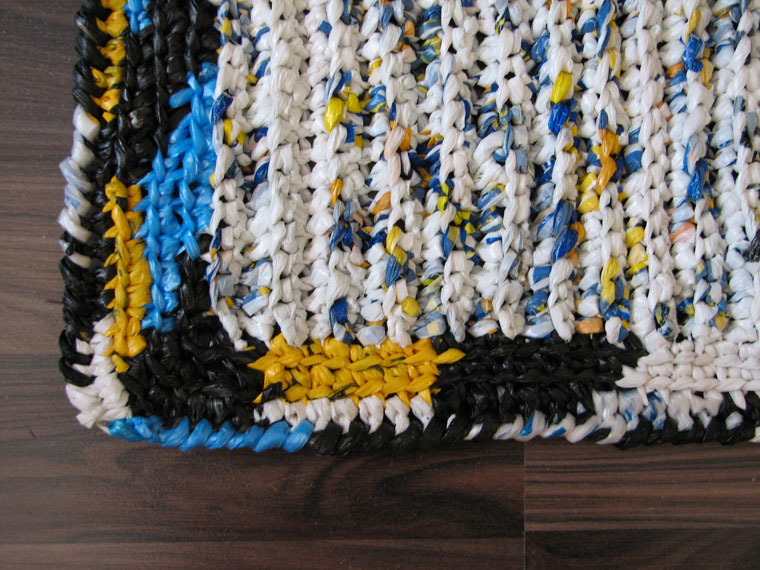 Для коврика размером 47см на 36см понадобилось 32 полиэтиленовых пакета.