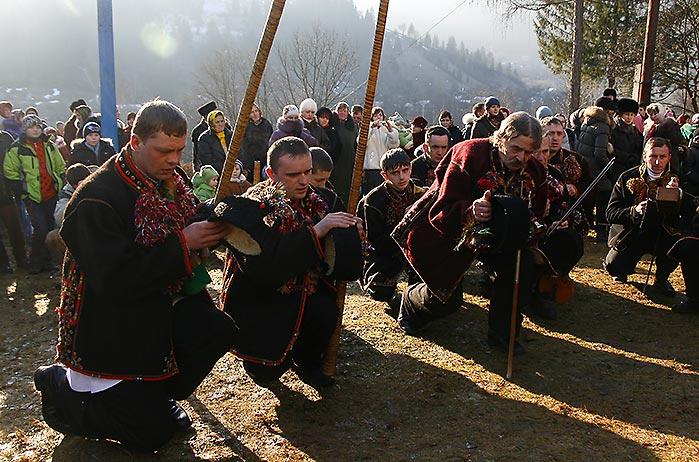 Іван Зеленчук і інші колядники перед церквою