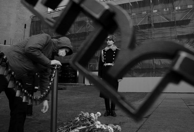 Антифа возлагает цветы к могиле Неизвестного солдата в память о Костоломе