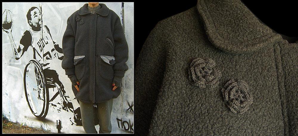 Пальто сшито из толстого мягкого мышино-серого флиса и застегивается.