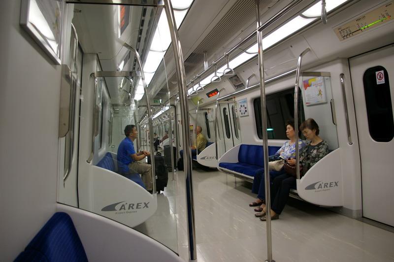 Вагон метро в... Сеуле комфортные.  Если люди хотят удобства - с СОВЕТСКОЙ точки зрения они - бесятся с жиру.