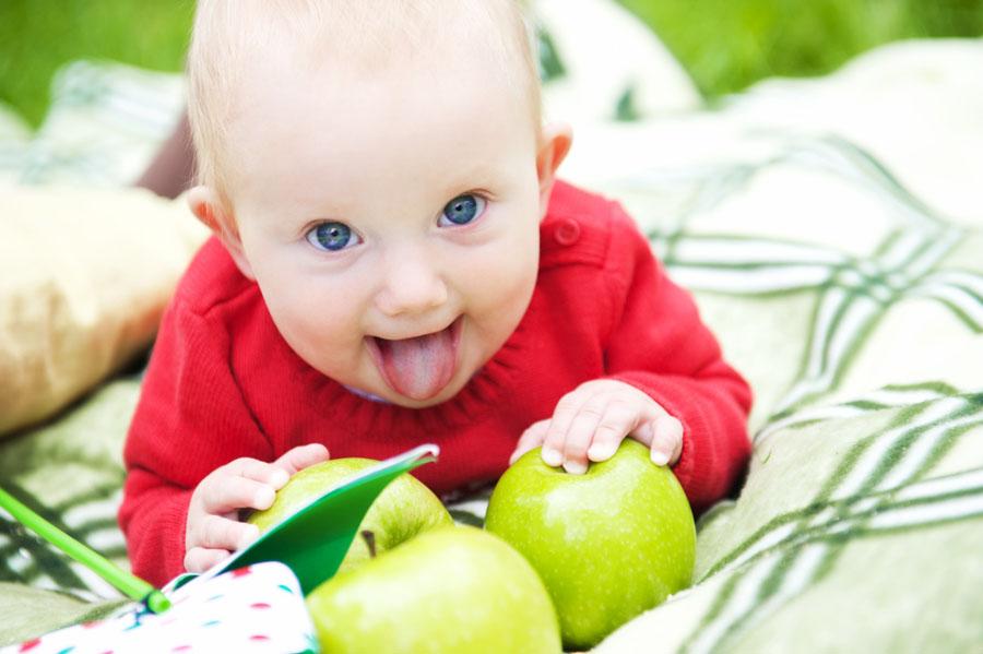 Почему ребенок высовывает язычок
