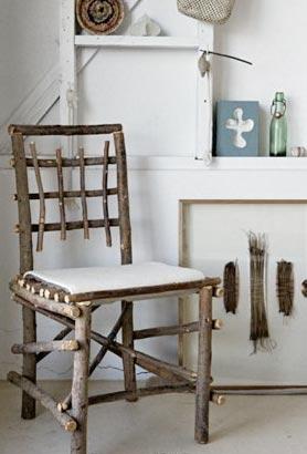 Такой вот оригинальный хендмейд стульчик можно сделать из веток своими руками.  Источник.
