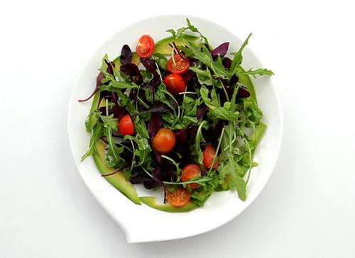 Салат из руколы, мангольда и семги - 4